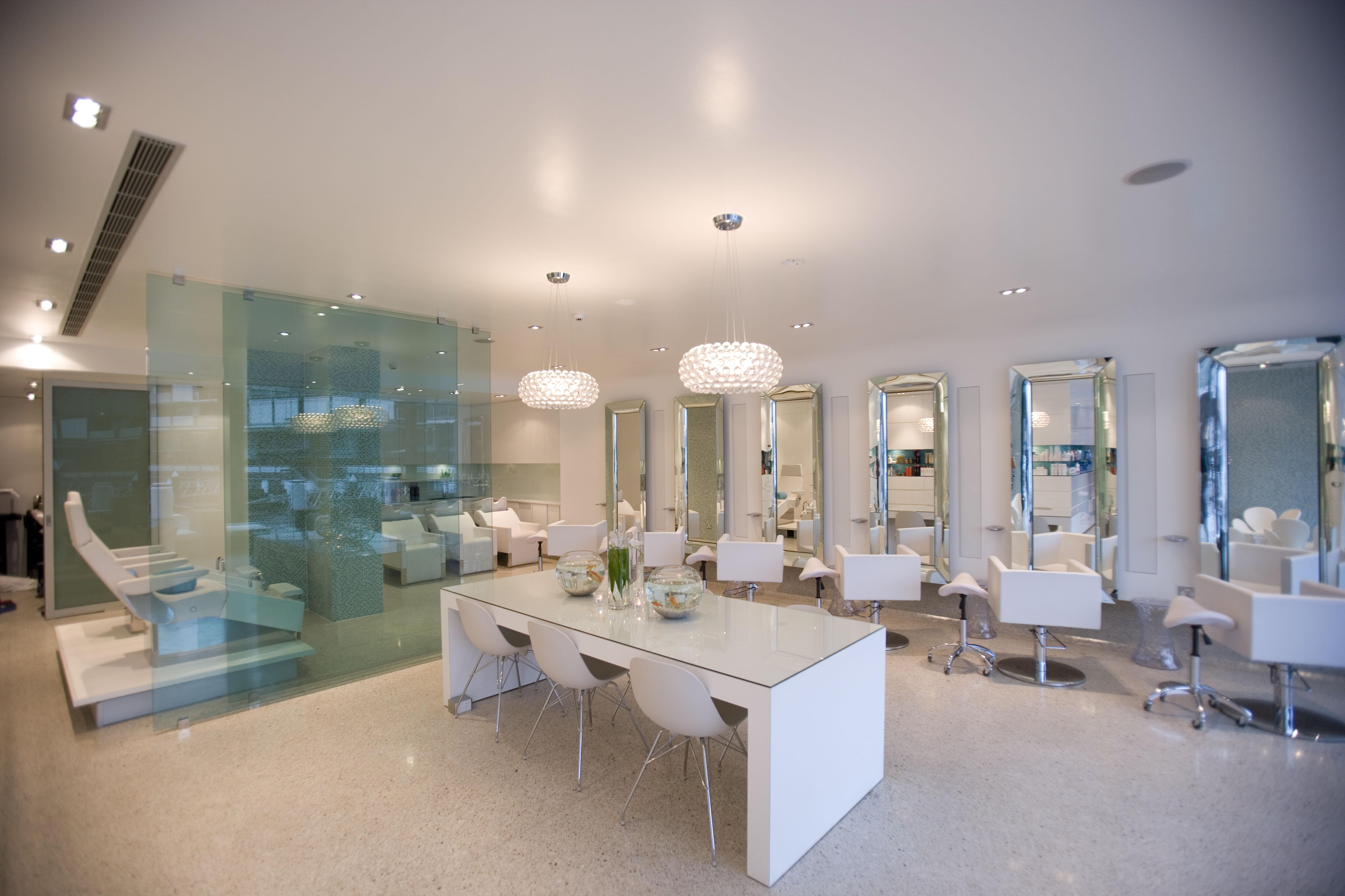 Salon decorating ideas 4 do s and 3 don 39 ts salons direct for Photos salon design