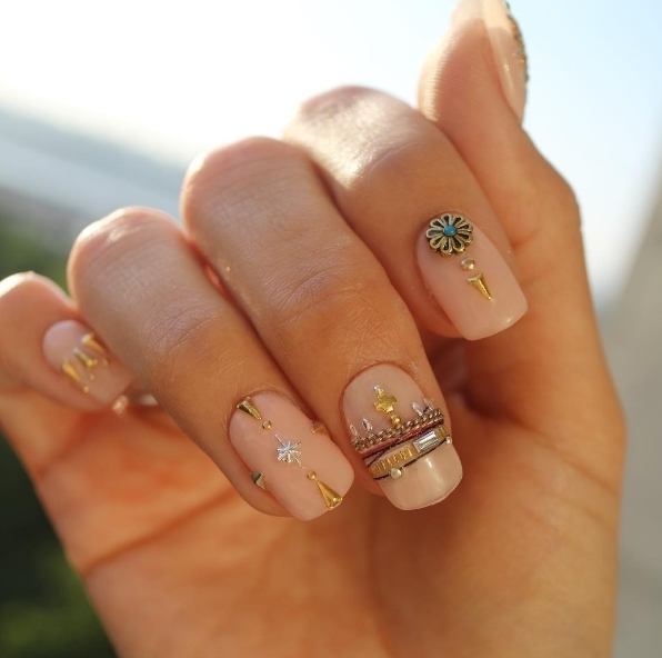 We love the detail on these pretty nude nails byhellip